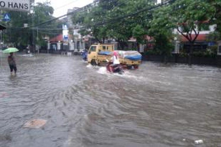 Ilustrasi: banjir yang menggenangi Jalan Bendungan Hilir Raya, tepatnya di depan RS Mintoharjo, Jakarta Pusat, Sabtu (22/2/2014). Genangan air muncul pasca hujan deras yang mengguyur kawasan tersebut selama sekitar satu jam.