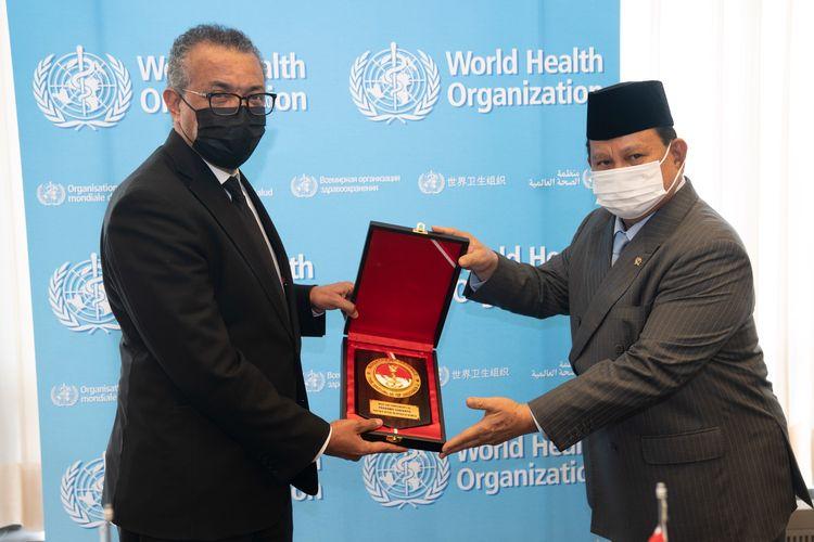 Menteri Pertahanan (Menhan) Prabowo Subianto bertemu Direktur Jenderal (Dirjen) Organisasi Kesehatan Dunia (WHO) Tedros A Gebreyesus di Kantor Pusat WHO, Jenewa, Swiss (30/6/2021).
