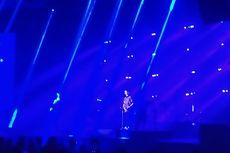 Senangnya Lukas Graham Dapat Batik Saat Konser di Indonesia