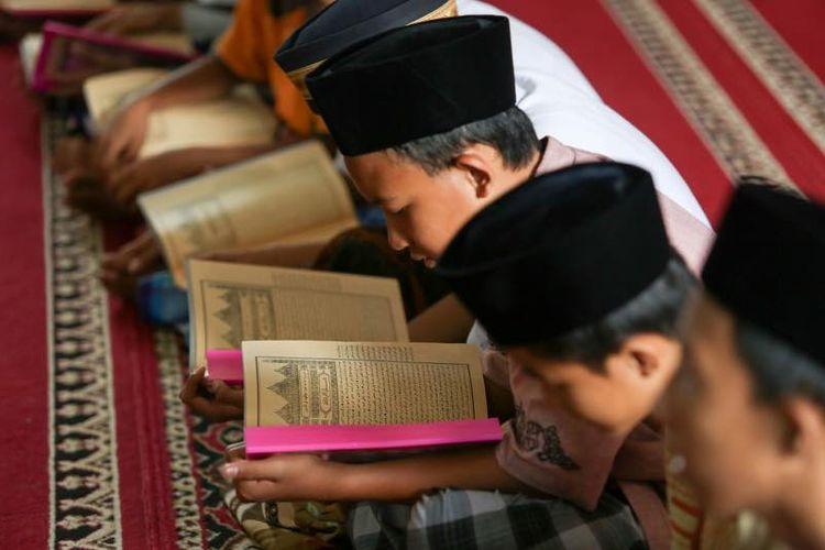 Pelajar di Kabupaten Purwakarta wajib belajar kitab kuning yang merupakan salah satu muatan lokal di daerah tersebut.