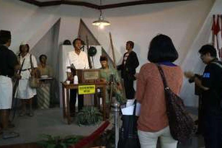 Diorama Bung Tomo sedang membacakan pidato untuk arek-arek Suroboyo. Diorama ini terletak di bagian dalam Museum 10 Nopember, Surabaya, Jawa Timur.