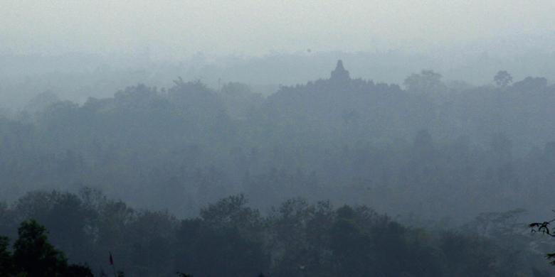Pemandangan dari menara Gereja Ayam di Bukit Menoreh, Magelang, Jawa Tengah. Nampak bangunan Candi Borobudur di kejauhan.