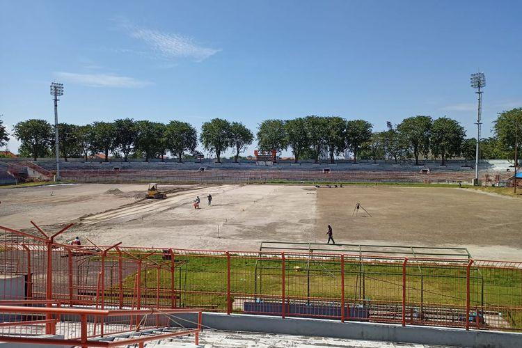 Pekerja melakukan penanaman rumput di Stadion Gelora 10 November atau Stadion Tambaksari, Surabaya.