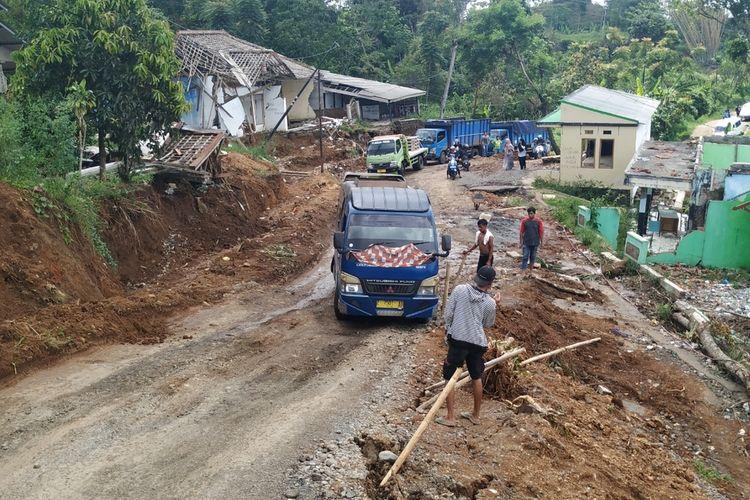 Sebuah mobil angkutan umum sempat tidak kuat melintasi tanjakan di lokasi tanah bergerak Jalan Sukabumi-Sagaranten, Kampung Gunungbatu, Desa Kertaangsana, Kecamatan Nyalindung, Sukabumi, Jawa Barat, Kamis (16/1/2020).