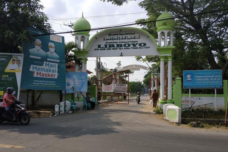 Gerbang masuk Pesantren Lirboyo Kediri, Jawa Timur.