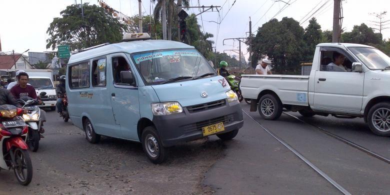 Ilustrasi: Sejumlah kendaraan melintas di perlintasan kereta api Jalan Cipinang Lontar, Kecamatan Jatinegara, Jakarta Timur.
