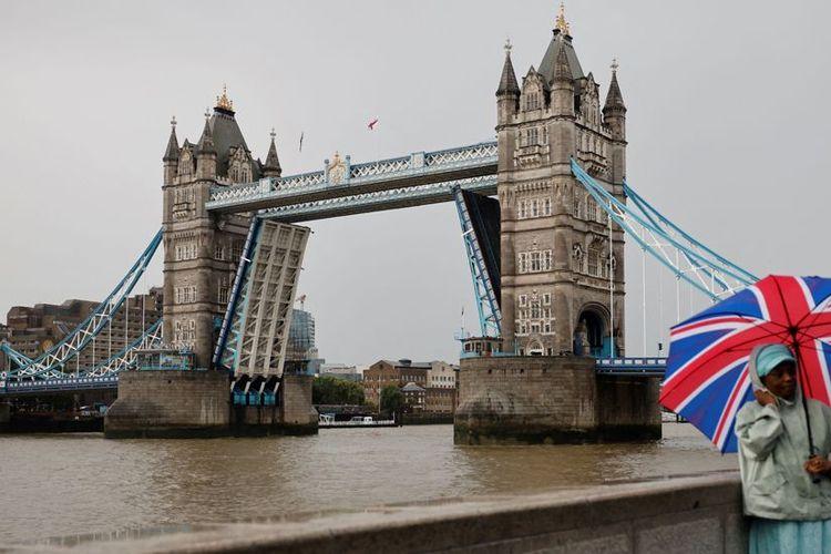 London Bridge Tower pada saat posisi terangkat untuk memudahkan lalu lintas air berupa perlintasan kapal-kapal berukuran besar dan tinggi.