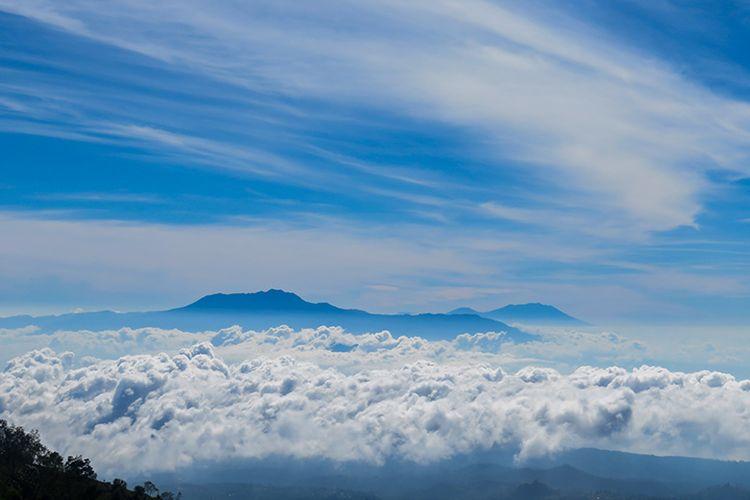 Gunung Argopuro dan Raung di ufuk timur dilihat dari Puncak B29 Lumajang.
