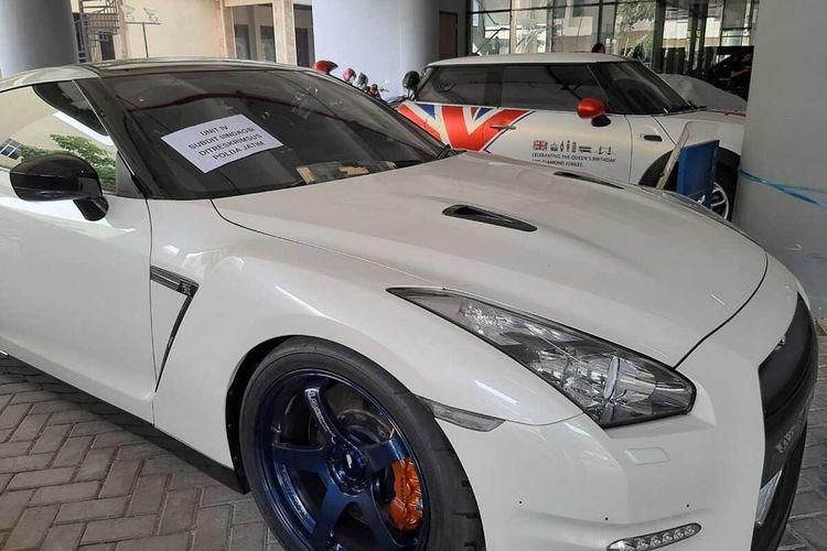 Mobil mewah yang diamankan di Markas Polda Jatim