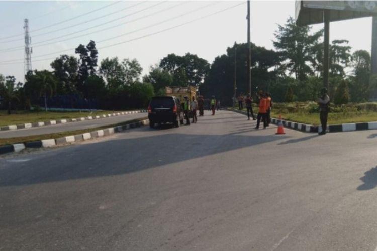 Petugas melakukan penyekatan jalan di salah satu pintu masuk menuju Kota Pekanbaru.