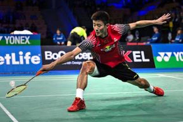 Pebulu tangkis Tiongkok, Chen Long, mengembalikan kok ke arah pemain India, Kashyap Parupalli, pada semifinal Denmark Terbuka di Odense, Sabtu (18/10/2014).