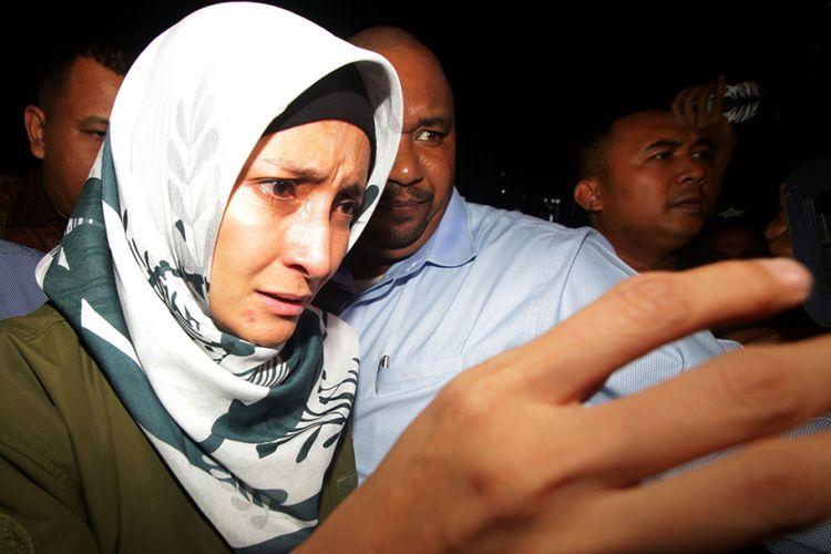 Artis Inneke Koesherawati meninggalkan ruangan seusai menjalani pemeriksaan di Gedung KPK, Jakarta, Sabtu (21/7/2018). Inneke diperiksa sebagai saksi terkait kasus suap atas pemberian fasilitas dan perizinan di Lapas Sukamiskin, Bandung, Jawa Barat dengan tersangka Fahmi Darmawansyah.