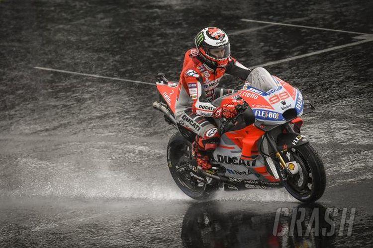 Lorenzo memacu motornya pada lintasan basah saat sesi latihan di Silverstone