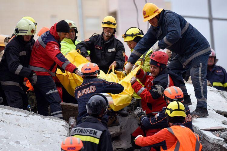 Tim penyelamat dan pemadam kebakaran menggotong jenazah salah satu korban yang ditemukan di reruntuhan kota Durres, kawasan barat Albania, pada 28 November 2019, setelah gempa bermagnitudo 6,4 yang mengguncang Selasa (26/11/2019).