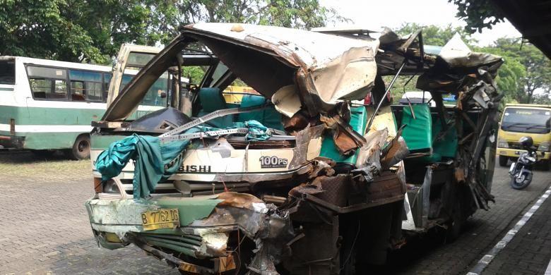 Bus Kopaja 95 bernopol B 7762 DG saat diamankan di Kantor Samsat Jakarta Barat, Kamis (5/8/2013). Bus ini mengalami kecelakaan setelah menabrak sebuah truk usai kebut-kebutan dengan bus Kopaja 88 bernomor polisi 7357 LE di Jalan Daan Mogot, Jakarta Barat, Rabu (4/9/2013)