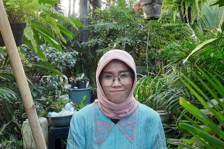Nurmaya (41), konsisten terus berbagi nasi bungkus sejak awal Ramadhan 2020 hingga kini, setiap Jumat. Foto diambil saat ia ditemui Kompas.com di toko tanaman hias miliknya di Kemanggisan, Palmerah, Jakarta Barat.