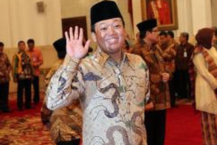 Kepala Badan Nasional Penempatan dan Perlindungan Tenaga Kerja Indonesia (BNP2TKI) Nusron Wahid melambaikan tangan kepada wartawan sebelum dilantik oleh Presiden Joko Widodo di Istana Negara, Jakarta, Kamis (27/11/2014). Hari ini presiden juga akan melantik Kepala BKPM Franky Sibarani, dan Komite ASN yang diketuai oleh Prof Sofyan Effendi. TRIBUNNEWS/DANY PERMANA