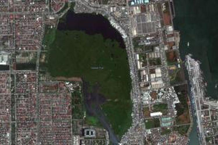Foto udara dan peta Waduk Pluit di Kecamatan Penjaringan, Jakarta Utara.