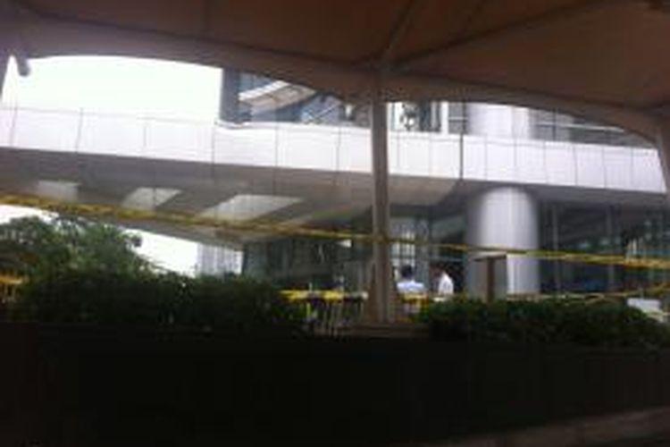 Lokasi orang jatuh dari lantai 56 Menara BCA, Thamrin, dipasangi garis polisi, Selasa (7/10/2014)