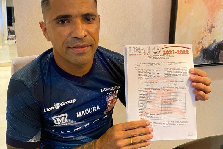 Alberto Goncalves menunjukkan dokumen kontrak dengan Madura United setelah ada sinyal kompetisi Liga 1