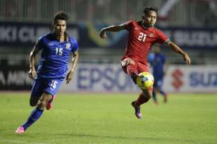 Pemain Indonesia Andik Vermansah (kanan) menguasai bola dibayangi pemain Thailand, Koravit Namwiset, dalam laga final Piala AFF 2016 di Stadion Pakansari, Bogor, Rabu (14/12/2016). Indonesia meraih kemenangan 2-1 atas Thailand. AP PHOTO / ACHMAD IBRAHIM