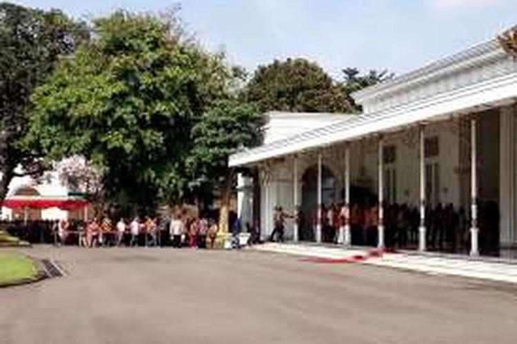 Masyarakat Yogyakarta saat antri untuk bersalaman dengan Presiden Joko Widodo dan Iriana Joko Widodo