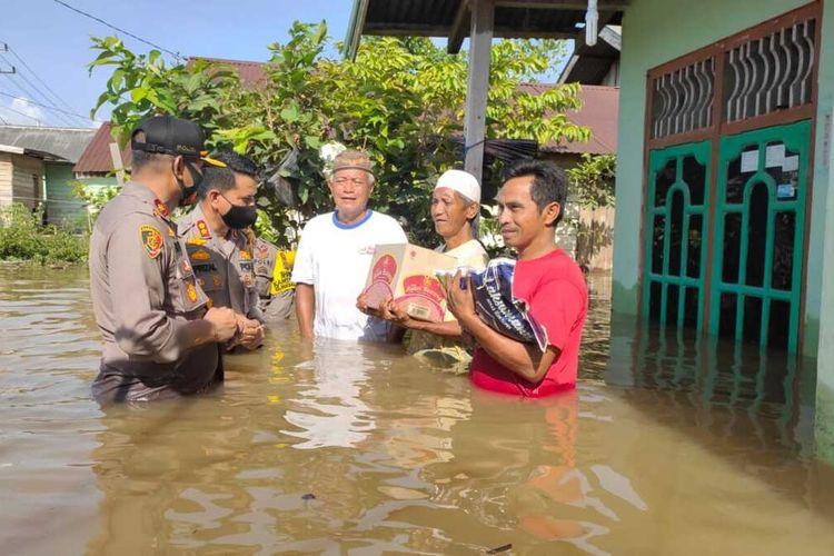Kapolres Inhu AKBP Efrizal menyerahkan bantuan sembako kepada korban banjir di Kelurahan Pangkalan Kasai, Kecamatan Seberida, Kabupaten Indragiri Hulu, Riau, Kamis (12/11/2020).