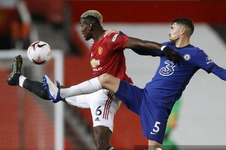 Paul Pogba (kiri) berebut bola dengan Jorginho (kanan) pada laga lanjutan pekan kelima Liga Inggris antara Manchester United dan Chelsea di Stadion Old Traffrod, Sabtu (24/10/2020).