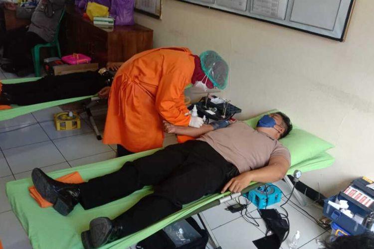 Polisi mendonasikan plasma konvalesen setelah dinyatakan sembuh dari Covid-19 di aula Mapolsek Cilongok, Kabupaten Banyumas, Jawa Tengah, Senin (12/7/2021).