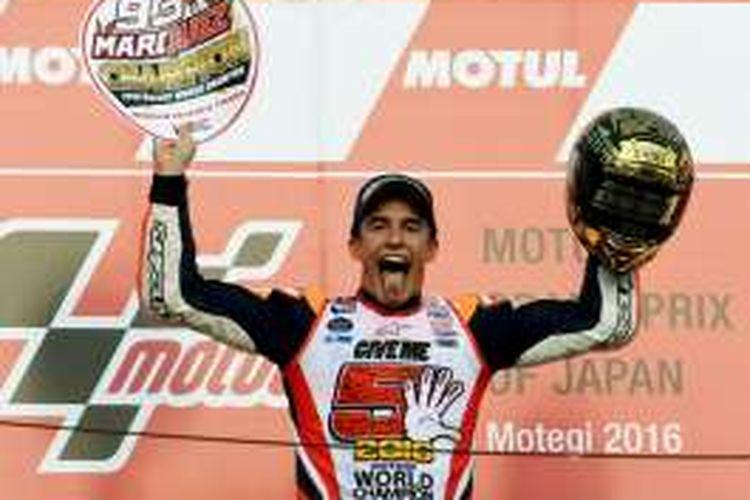 Pebalap Repsol Honda Team asal Spanyol, Marc Marquez, merayakan kemenangannya pada balapan GP Jepang di Sirkuit Twin Ring Motegi, Minggu (16/10/2016). Kemenangan ini membawa Marquez menjadi juara dunia MotoGP 2016.