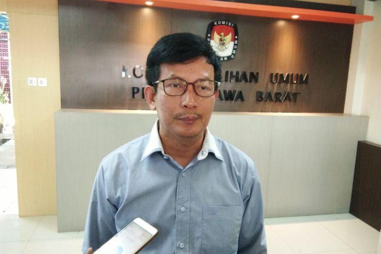 Ketua KPU Jabar Yayat Hidayat saat diwawancarai wartawan di Kantor KPU Jabar, Jalan Garut, Jumat (29/6/2018).