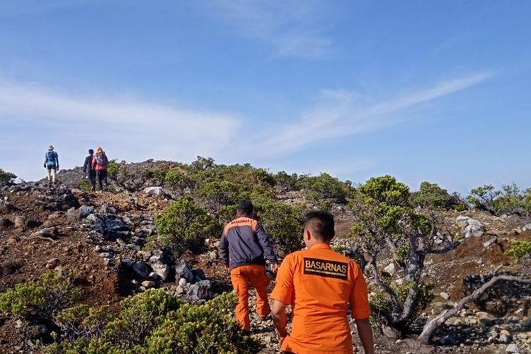 Proses pencarian dua pendaki asal Jambi yang hlang di Gunung Dempo, kota Pagaralam, Sumatera Selatan. Setelah 10 hari pencarian, tim SAR akhirnya memutuskan menghentikan aktifitas pencarian.