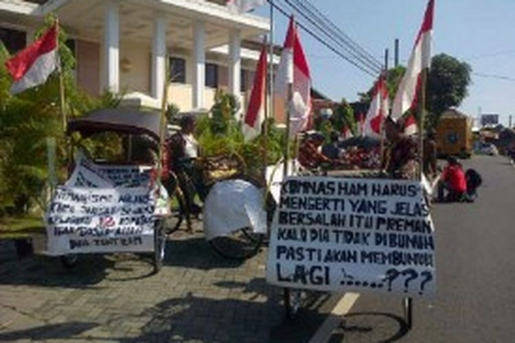 Sekelompok penarik becak datang ke Pengadilan Militer II-11 Yogyakarta untuk menyatakan dukungan pada 12 anggota Kopassus yang menjadi terdakwa kasus penyerangan Lapas Cebongan Sleman, pada sidang lanjutan kasus tersebut, Senin (24/6/2013).
