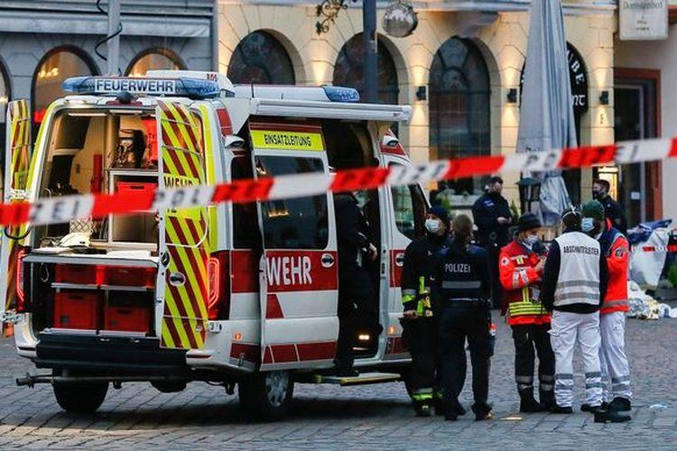Suasana setelah pengemudi mobil Land Rover menabraki para pejalan kaki di trotoar di Trier, Jerman, Selasa (1/12/2020).