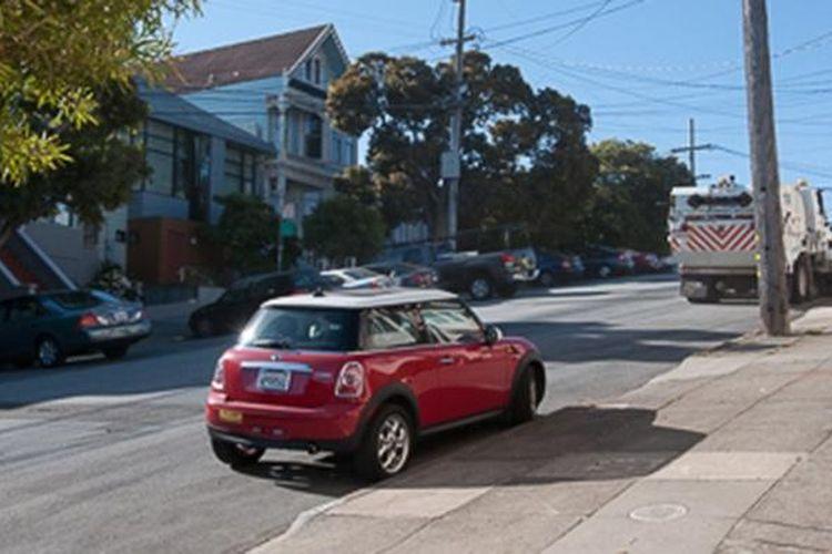 Ilustrasi parkir mobil di jalan yang menurun