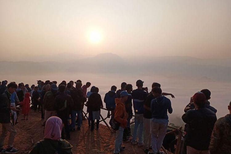 Pengunjung memadati obyek wisata negeri di atas awan Gunung Luhur, Kabupaten Lebak, Banten, Minggu (15/9/2019).