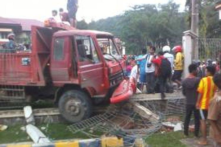 Truk Tronton ini mengalami tabrakan dua kali dalam sehari. mengakibatkan dua orang meninggal, dan sembilan orang luka-luka