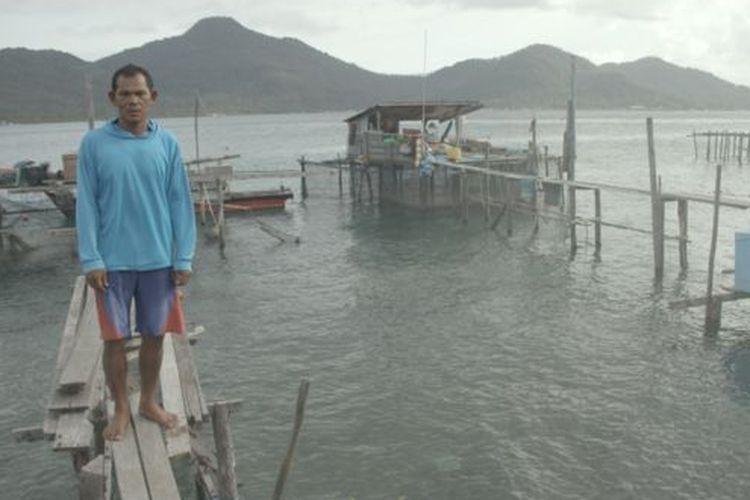 Nelayan tradisional Natuna, Sodikin menyebut kapal dan alat tangkap ikannya tidak memadai. Sodikin sedang berdiri di halaman belakang rumahnya di Pulau Tiga Barat, Kabupaten Natuna.