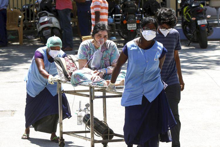 Seorang pasien COVID-19 dengan bantuan oksigen dibawa ke Rumah Sakit Umum Rajiv Gandhi di Chennai, India, Senin, (17/5/2021)