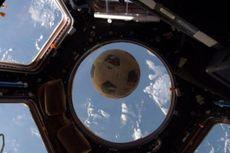 Bola Sepak yang Selamat dari Tragedi Challenger Kembali ke Orbit