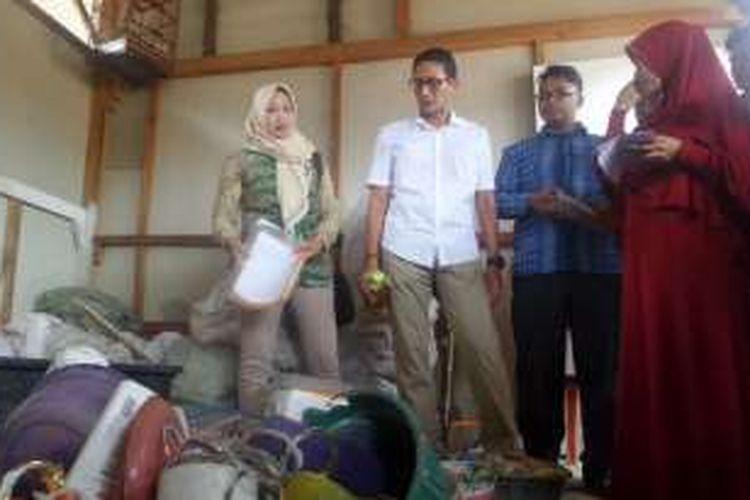 Bakal calon wakil gubernur DKI Sandiaga Uno mendatangi bank sampah di Kelurahan Cilincing, Jakarta Utara, Kamis (20/10/2016)