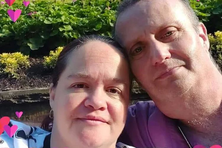Alison dan Paul memutuskan untuk mengikat ikatan hubungannya sebelum dia meninggal dan mengatur pernikahan dengan tergesa-gesa di kota Saltcoats.