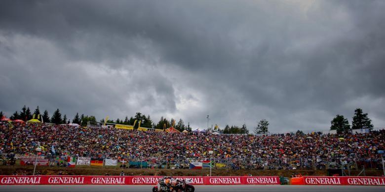 Para penonton di Sirkuit Brno menyaksikan pebalap Marc VDS, Esteve Tito Rabat membalap pada GP Ceko, Minggu (17/8/2014).