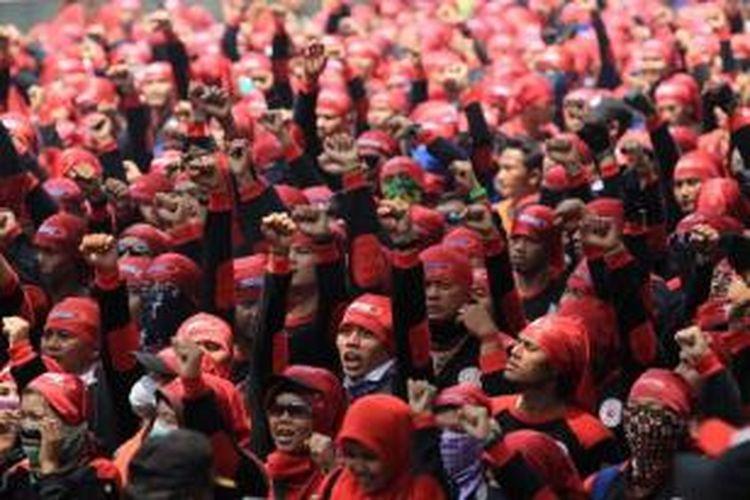 Massa buruh berunjuk rasa di kawasan Istana Negara, Jakarta Pusat, Senin (1/9/2015). Mereka menolak buruh asing dan menuntut kenaikan upah serta menolak ancaman PHK.