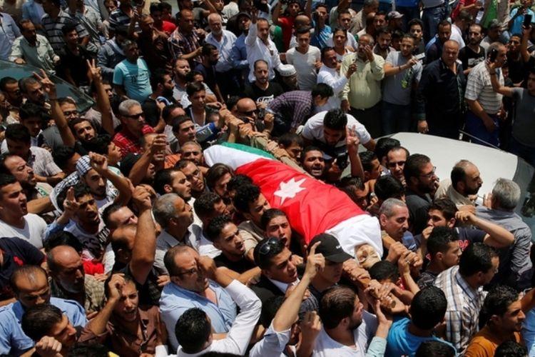 Warga Yordania menggotong jenazah Mohammed Jawawdeh, salah satu korban penembakan yang dilakukan tentara Israel di kedutaan besarnya di Amman, 23 Juli 2017.