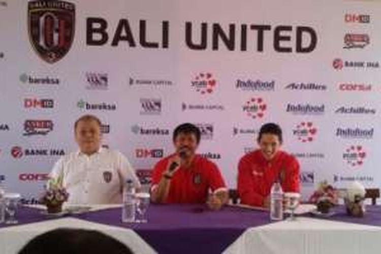 Irfan Bachdim (paling kanan) duduk bersama CEO Bali United, Yabes Tanuri (kiri), dan pelatih Indra Sjafri di Restoran Bebek Bengil, di Jalan Raya Kuta, di Tuban, Bali (12/1/2017).