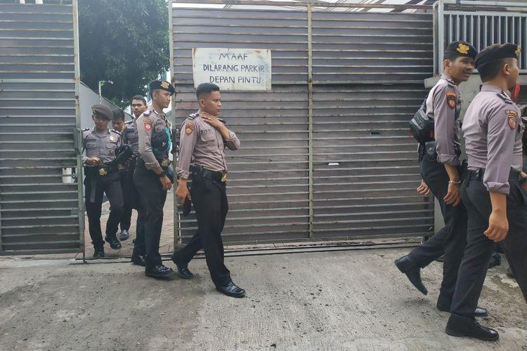 Sejumlah polisi di sekitar DPP PDIP, jalan Diponegoro, Jakarta, Kamis (9/1/2020).