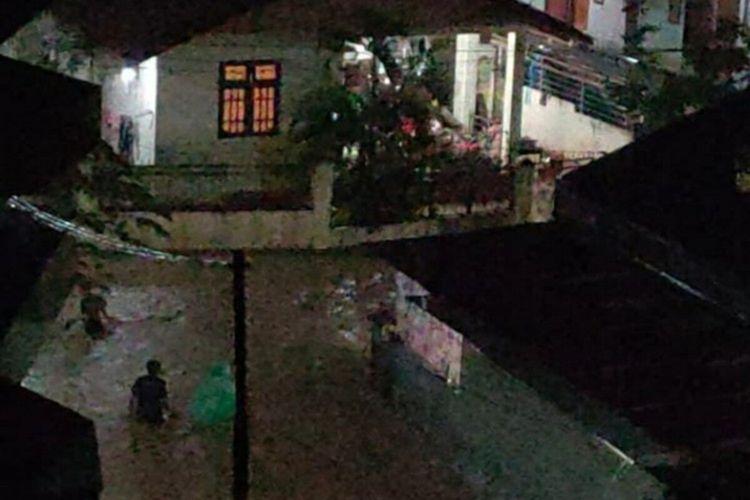 Hujan lebat yang mengguyur Kota Manado, Sulawesi Utara, pada sore tadi mengakibatkan banjir setinggi pinggang orang dewasa di Perumahan Welong Abadi, Kelurahan Malendeng, Kecamatan Paal Dua, Jumat (29/1/2021).