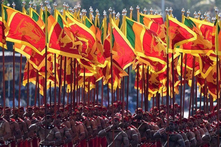 Pasukan militer Sri Lanka membawa bendera negara saat mengikuti parade peringatan kemerdekaan ke-70 di Kolombo, pada Februari 2018.