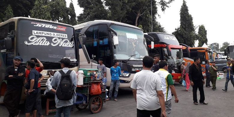 Arus mudik lebaran mulai terlihat sibuk di Terminal Kalideres, Jakarta Barat pada Jumat (8/6/2018).